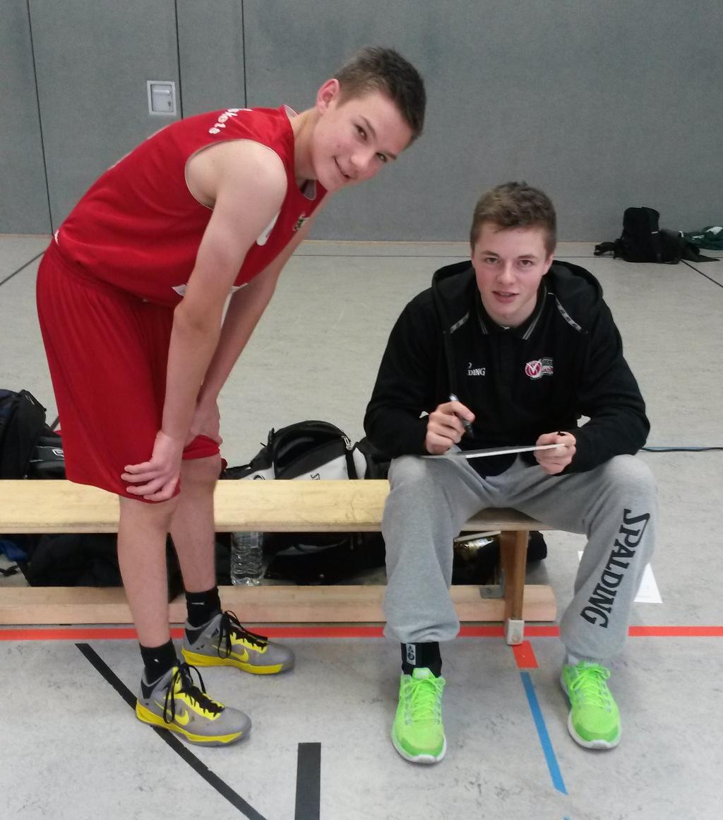 Lars Kamp (Trainer U16 III) gibt Bas van Weezel letzte Anweisungen
