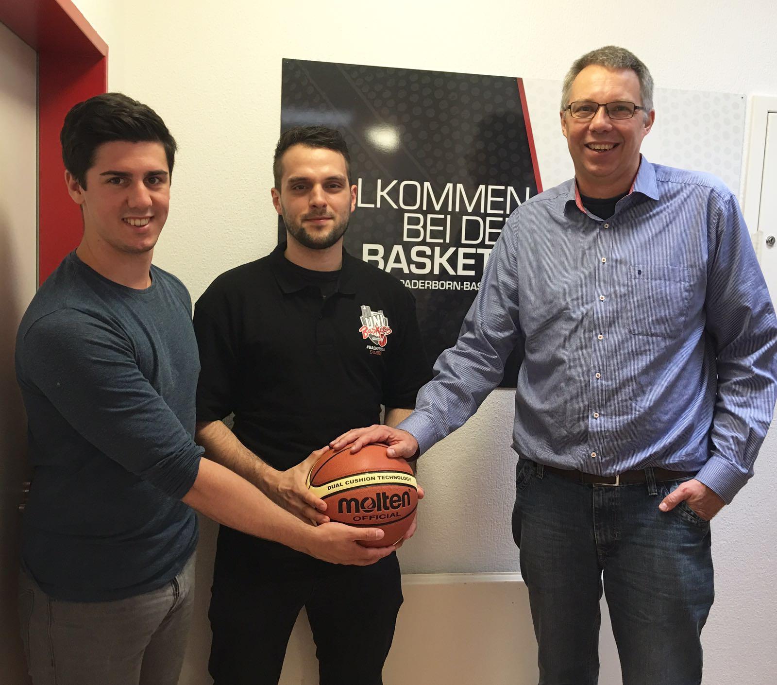 v.l.n.r.: Praktikant Yannis Wiele, Jugendtrainer Werner Gorsky, Vereinspräsident Christoph Schlösser
