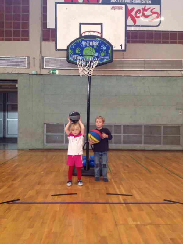 Besonders toll finden Mariella und Jannik (beide 3 Jahre) die neuen Trainingskörbe.