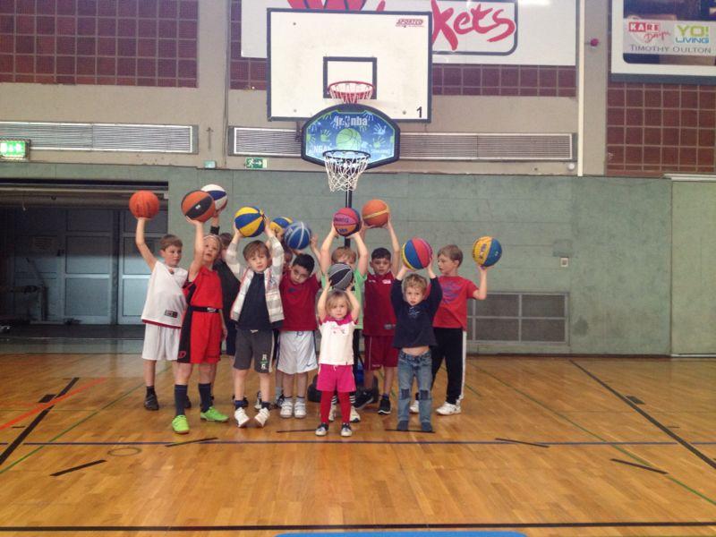 Die U8 der finke baskets mit einem der beiden neuen Trainingskörbe