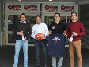 Freuen sich auf eine gute Zusammenarbeit (v.l.): Geschäftsführer Dominik Meyer, Bad Meinberger, Dominik Wolf, Marco Striewe