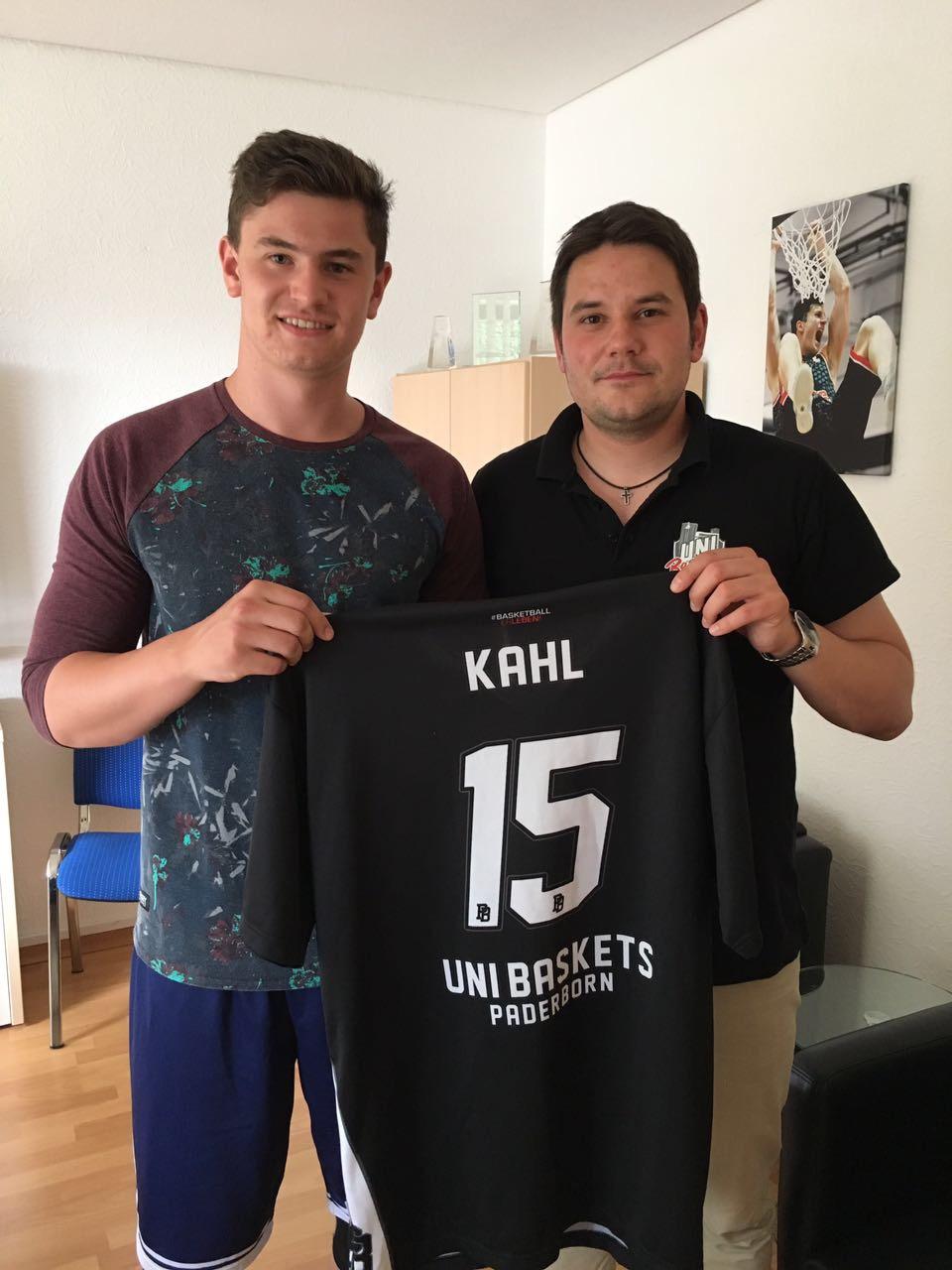 Freut sich mit Geschäftsführer Dominik Meyer auf die kommenden zwei Uni Baskets-Jahre: Luca Kahl.