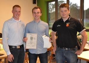 v.l. Sportjugend-Vorsitzender Rasmus Jakobsmeyer, Award-Preisträger Marian Krüger und Laudator Peter Brune