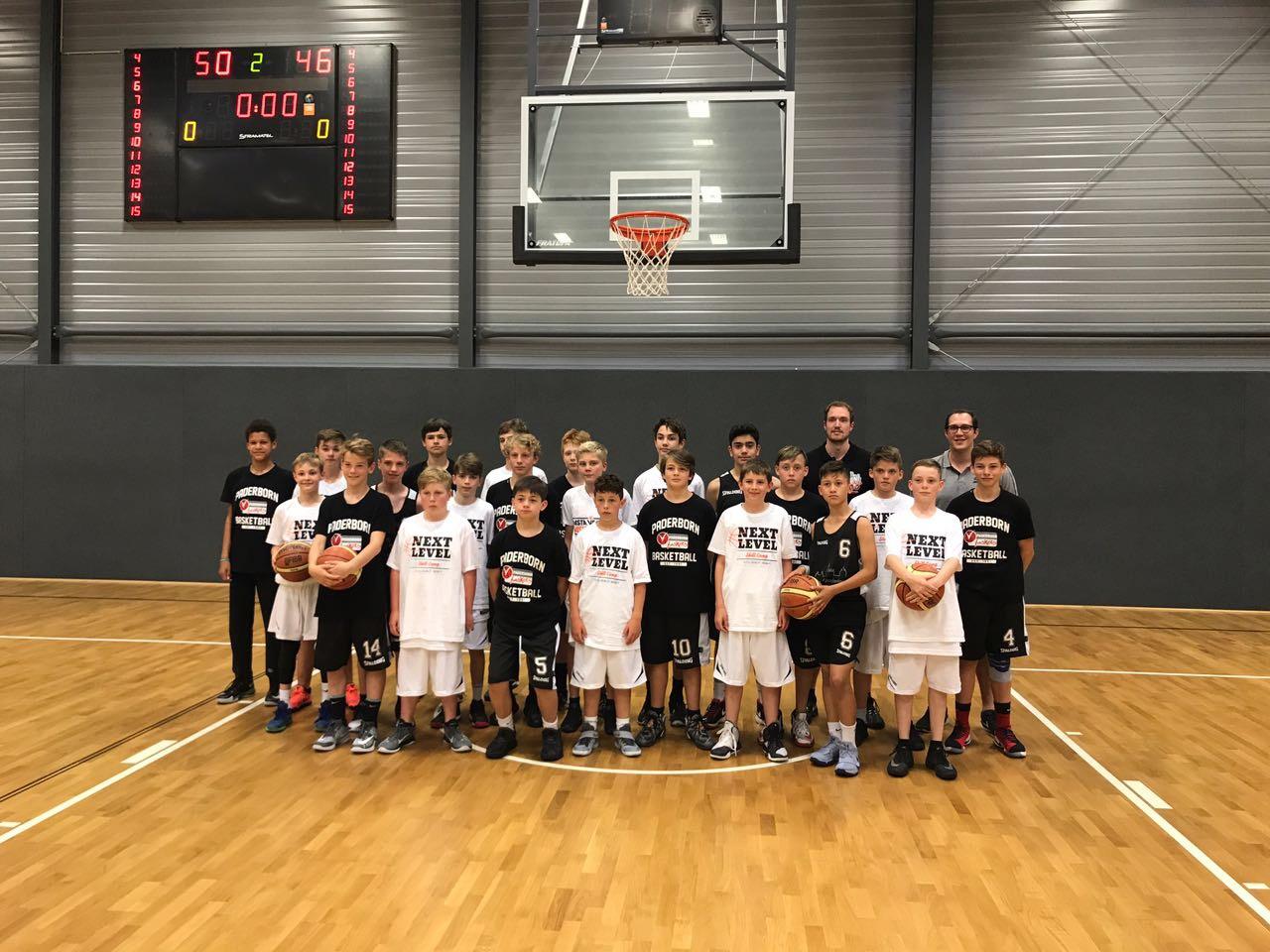 Die U14 (hier mit dem Team des Gastgebers) erreichte in Vechta den dritten Rang.