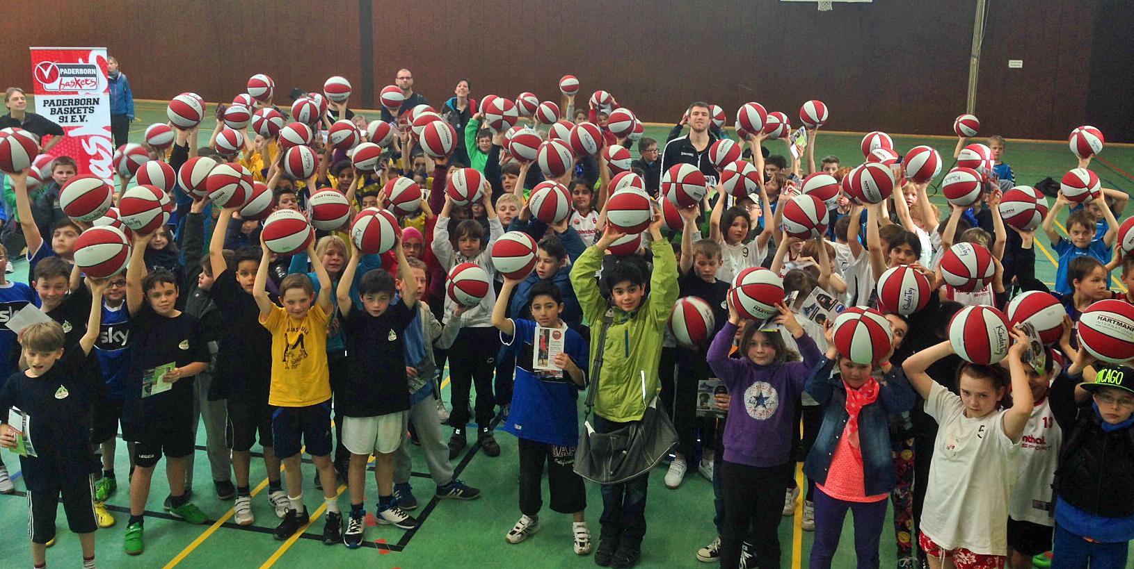 Die Schüler zeigten sich von der Ballspende von Hartmann sichtlich begeistert