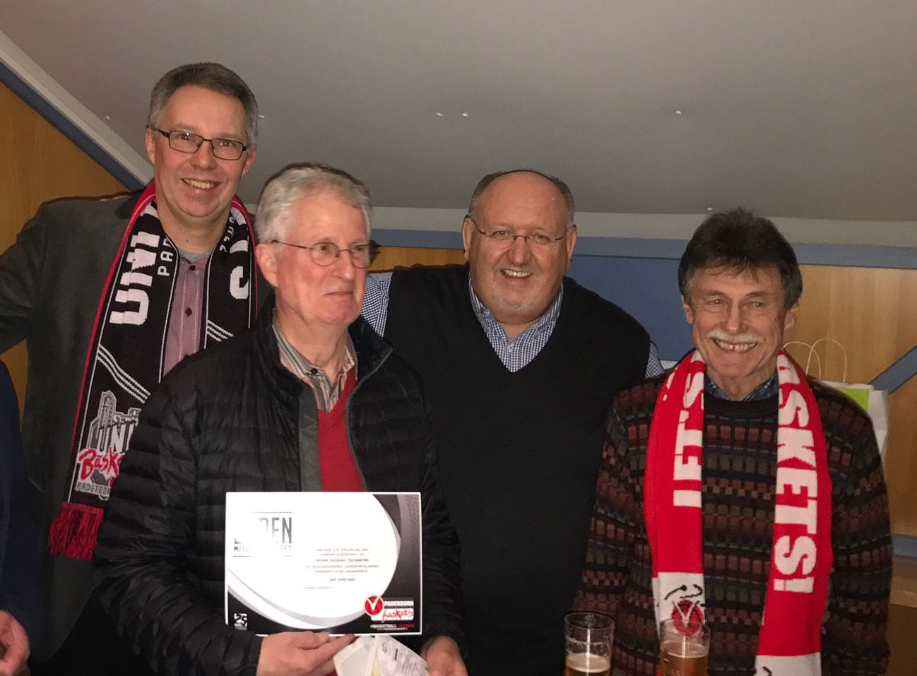Die Ehrung zum Ehrenmitglied. (von links: Präsident Christoph Schlösser, Ehrenmitglied Rüdiger Tschanter, Ehrenpräsident Willy Cremers, Ehrenpräsident Hans-Peter Götz.)