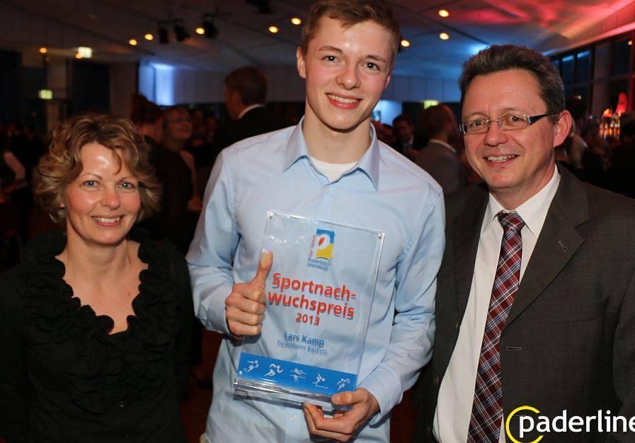Lars Kamp nahm den Preis mit seinen Eltern entgegen