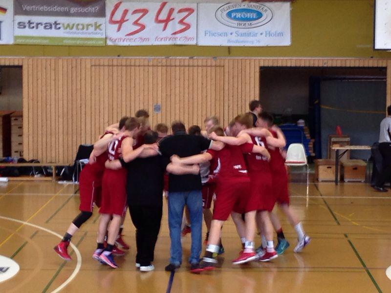 Die U19 im Huddle nach dem Sieg in Hamburg