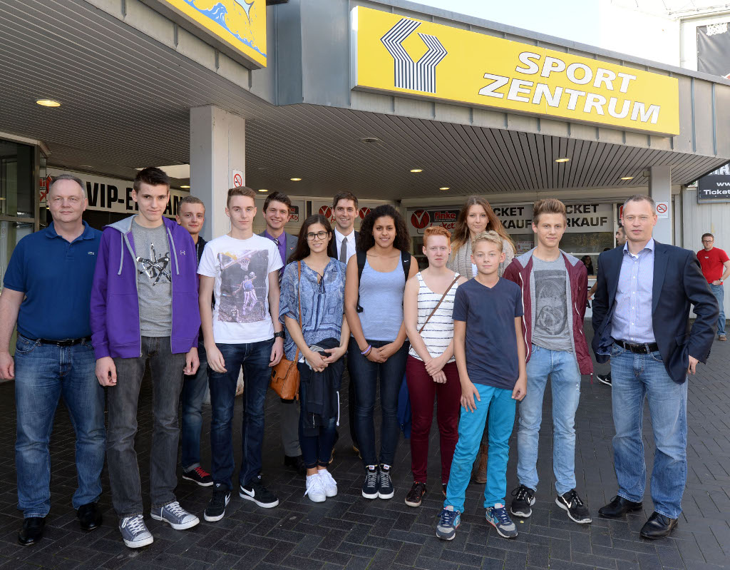 Jung-Schiedsrichter treffen Profis: Bild vor dem ProA-Spiel gegen Science City Jena