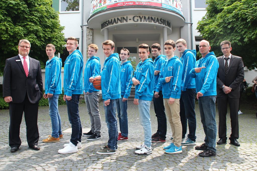 Deutscher Vizemeister in Berlin (v.l.n.r.): Thomas von Zagorski (Sparkasse Paderborn-Detmold), Luca Kahl (U19), David Leff (U18), Luis Figge (U19), Fritz Hemschemeier (U16), Hanno Kretschmann (U18), Rafael Sierra (U16), Florian Tusek (U18), Simon Zengerling (U16), Moritz Hübner (U19), Coach Martin Krüger, Direktor Siegfried Rojahn
