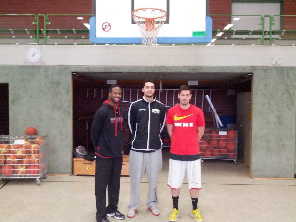 Ricky Taylor (l.) und Vince Kittmann (m.) mit Grundschullehrer und Basketballer Fabian Pierburg (r.)