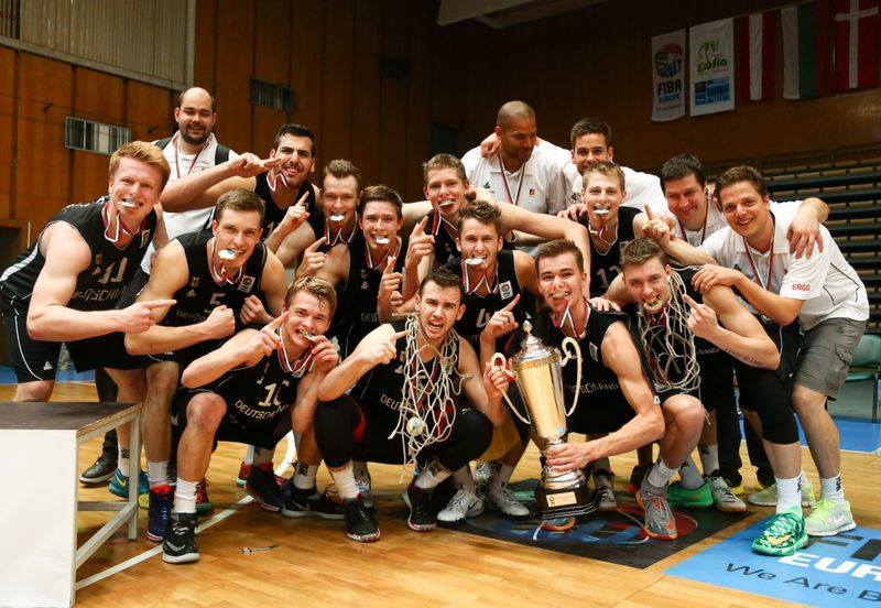 Die U18-Nationalmannschaft feiert den Sieg